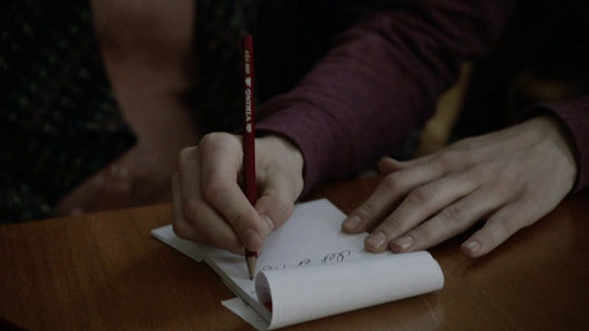 Arvingerne: Signe writing a note for her lawyer (Image © DR)
