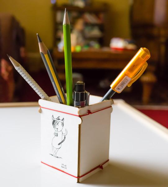 ToBE Story Cat with three feet pencil pot