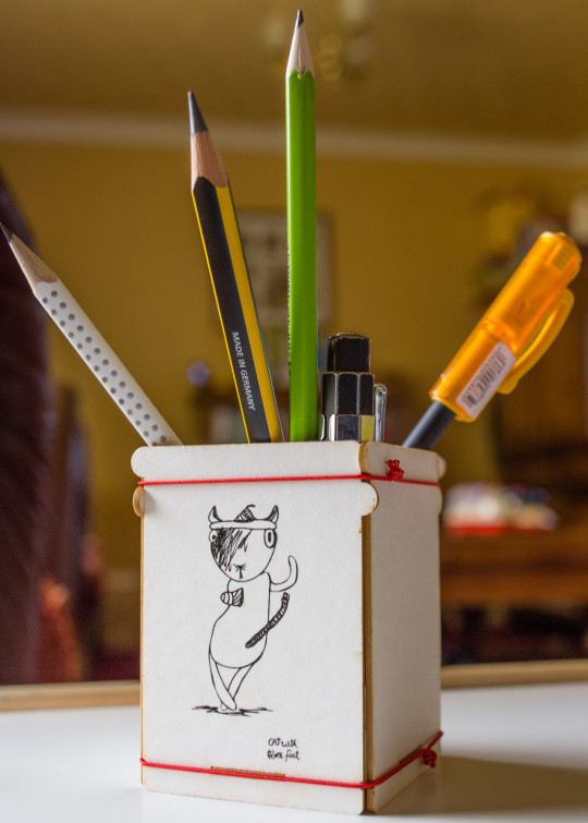 ToBE Story Cat with three feet pencil pot